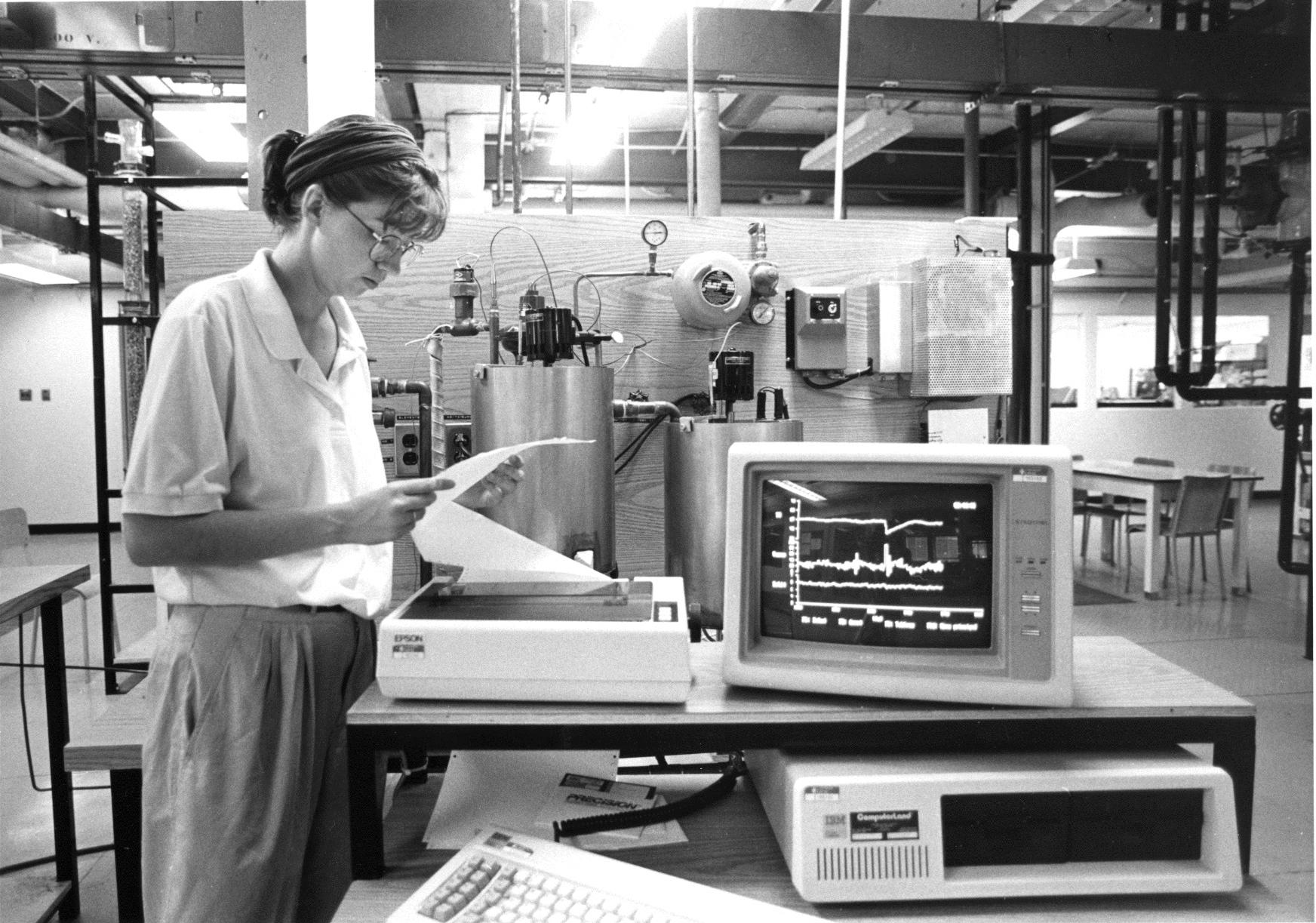 Un laboratoire de recherche, Université Laval, 1989. Une imprimante matricielle!