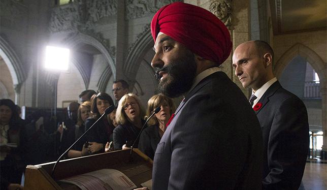 Le 5 novembre 2015 sur la Colline du Parlement, Navdeep Bains et Jean-Yves Duclos (à sa droite) annoncent le projet de rétablissement du formulaire détaillé du recensement obligatoire. Photo : The Canadian Press/Adrian Wyld.